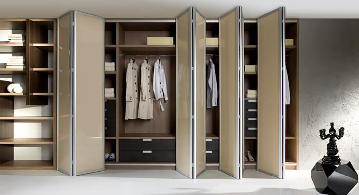 Шкаф для одежды со складными дверьми в алюминиевой рамке