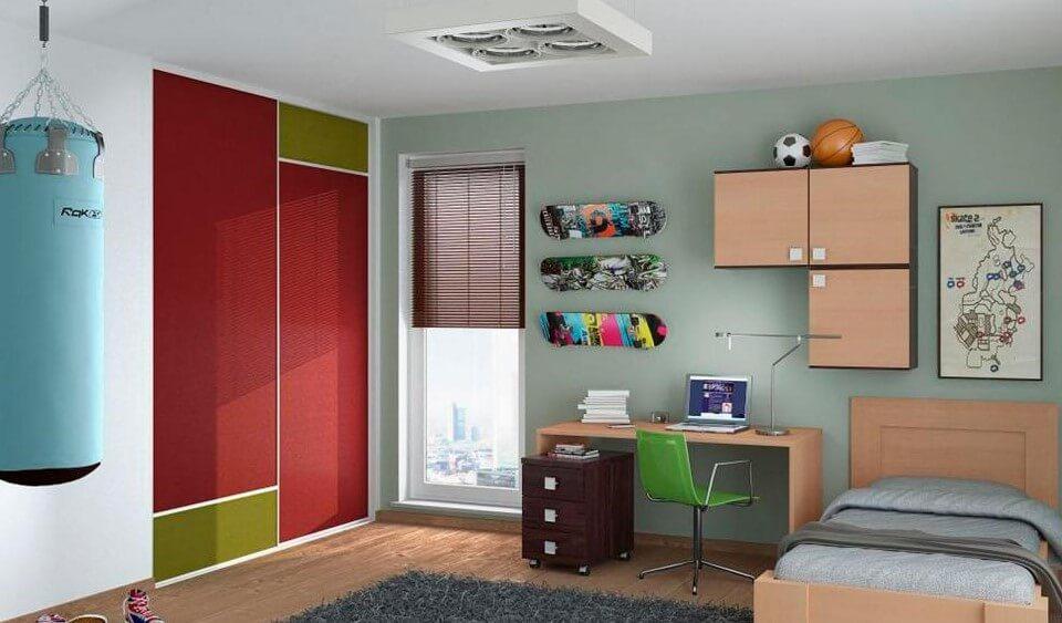 Встроенный шкаф с раздвижными дверьми в комнате мальчика