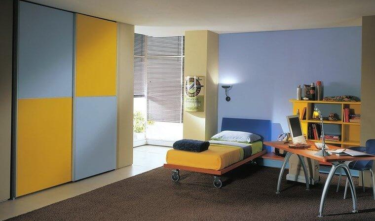 Детская комната с кроватью на колёсиках и шкафом купе
