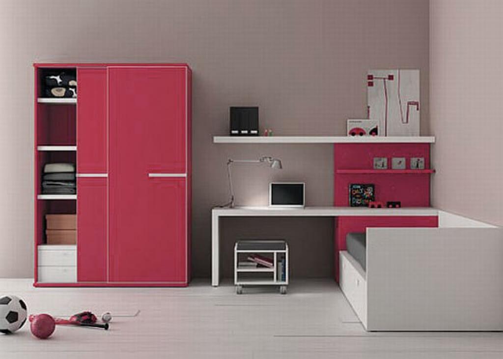 Шкаф купе с красным фасадов в комнате подростка
