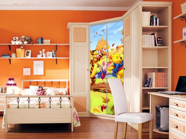 Угловой шкаф купе с рисунком на фасаде в детской комнате