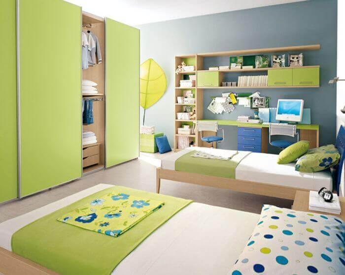 Детская комната в зеленом цвете и встроенным шкафом с раздвижными дверьми