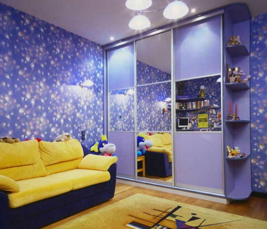 Шкаф купе в детской комнате с зеркальными вставками