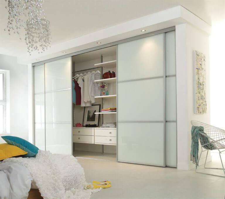 Гардеробная в спальной с раздвижными дверьми