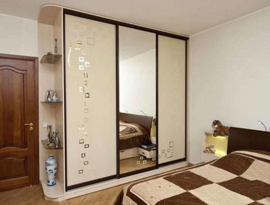 Шкаф купе с зеркальным фасадом в спальне