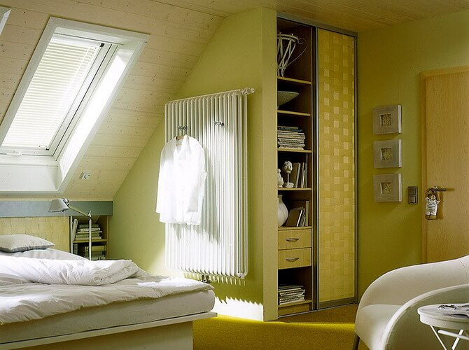 Встроенный шкаф купе в спальне на мансарде