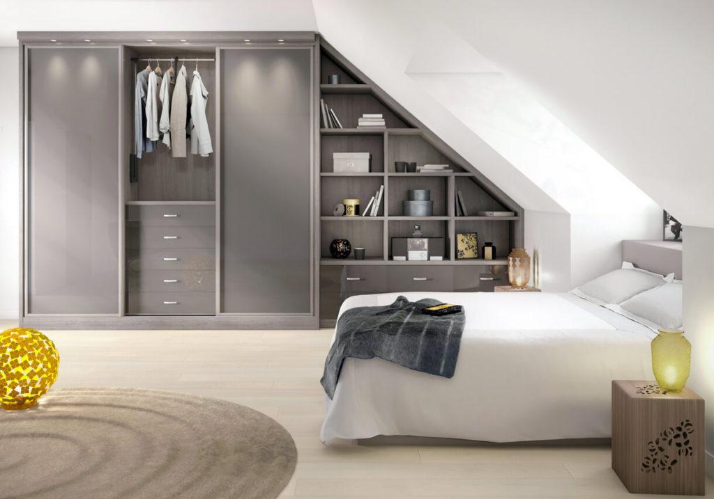 Спальня на мансарде со шкафом купе в интерьере