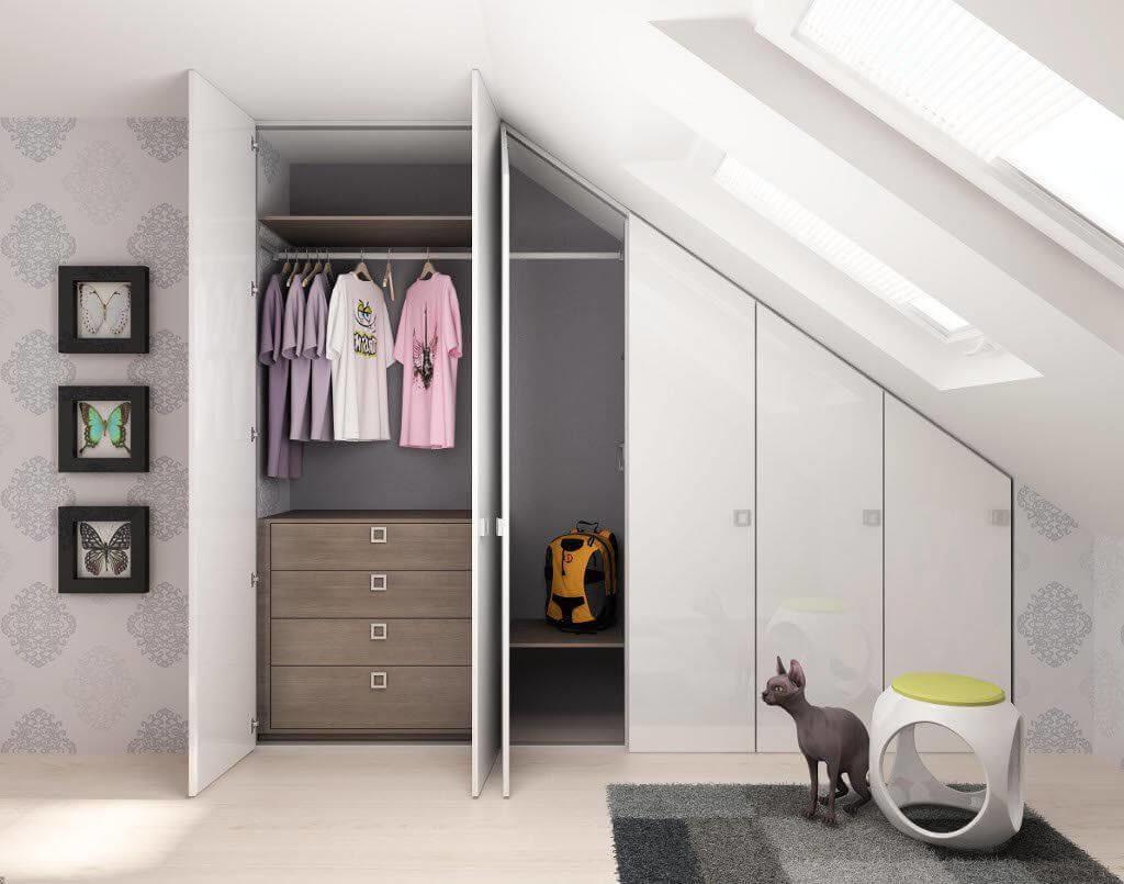 Шкаф на мансарде с распашными дверцами