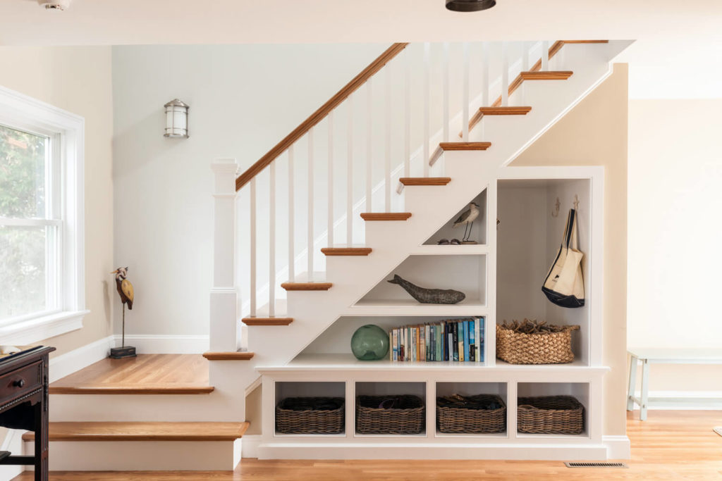 Фото встроенного под лестницей шкафа