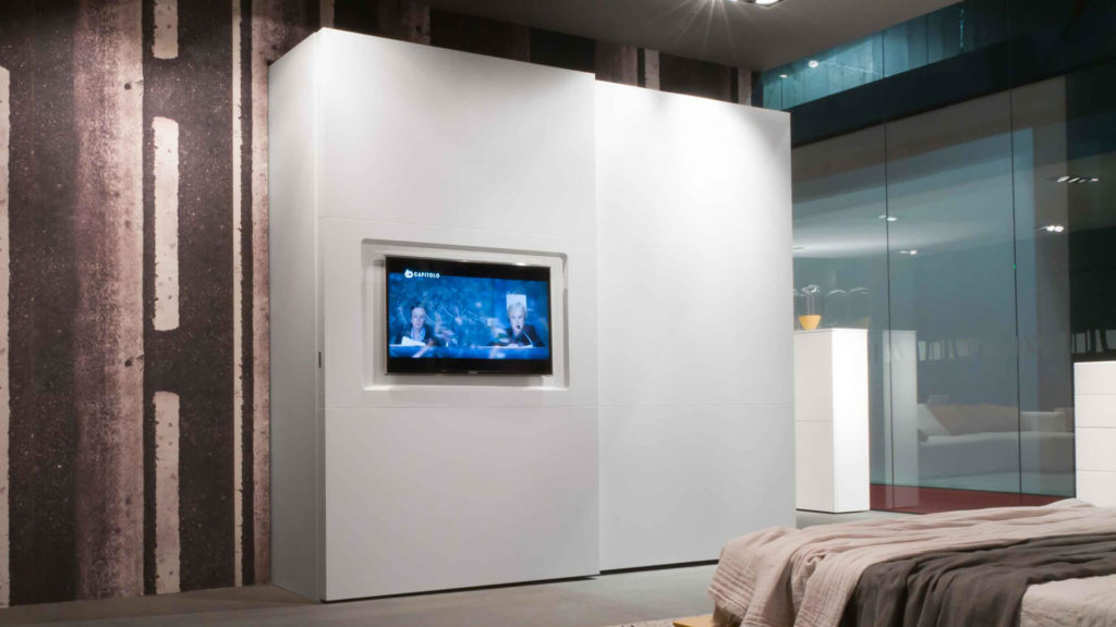 Шкаф с телевизором на фасаде