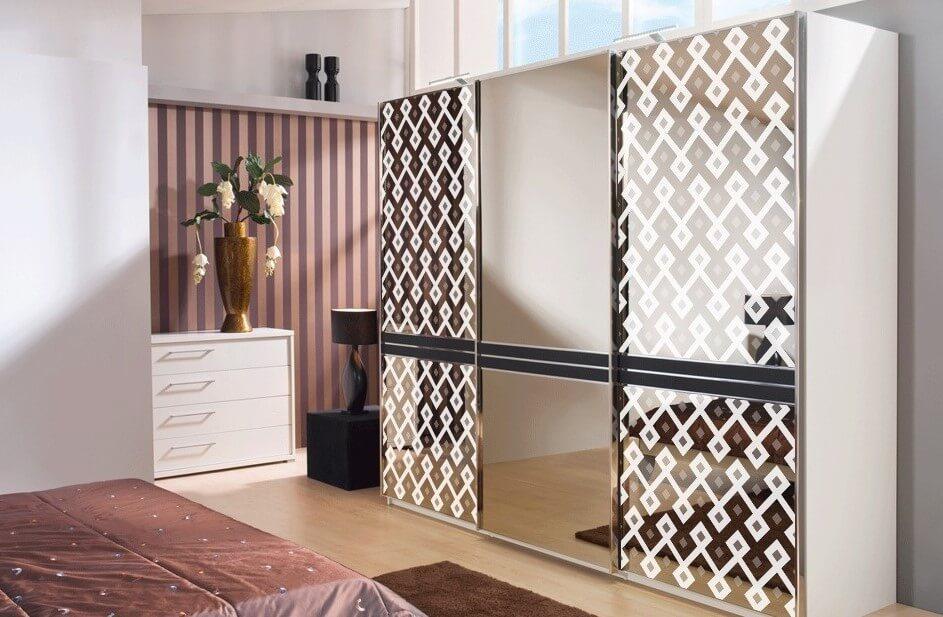 Шкаф купе в интерьере спальной с декоративными зеркалами на фасаде