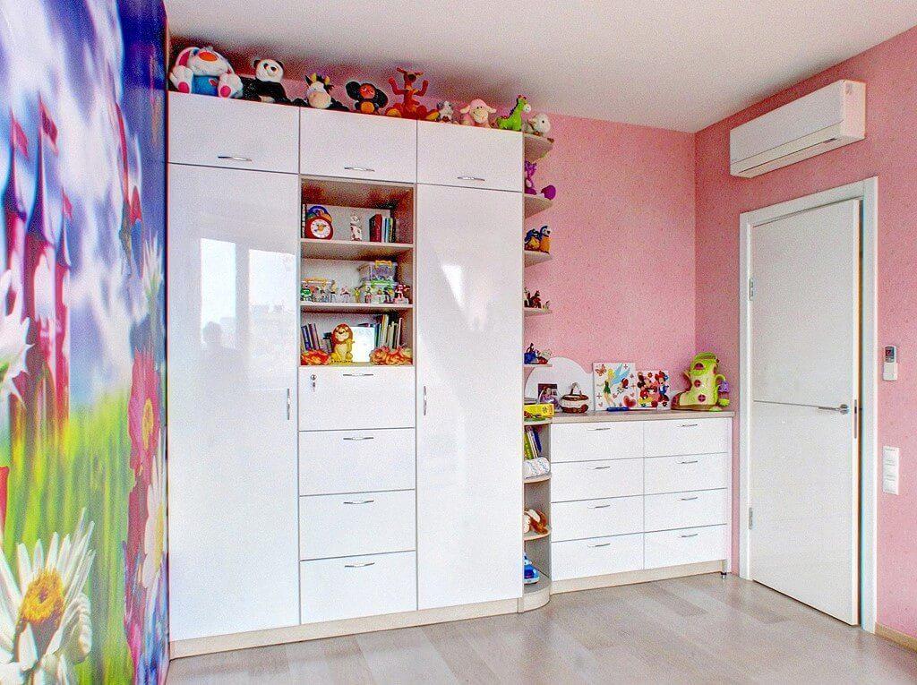 Белый шкаф в детской с глянцевым фасадом