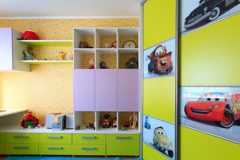Шкаф купе для одежды в детской комнате