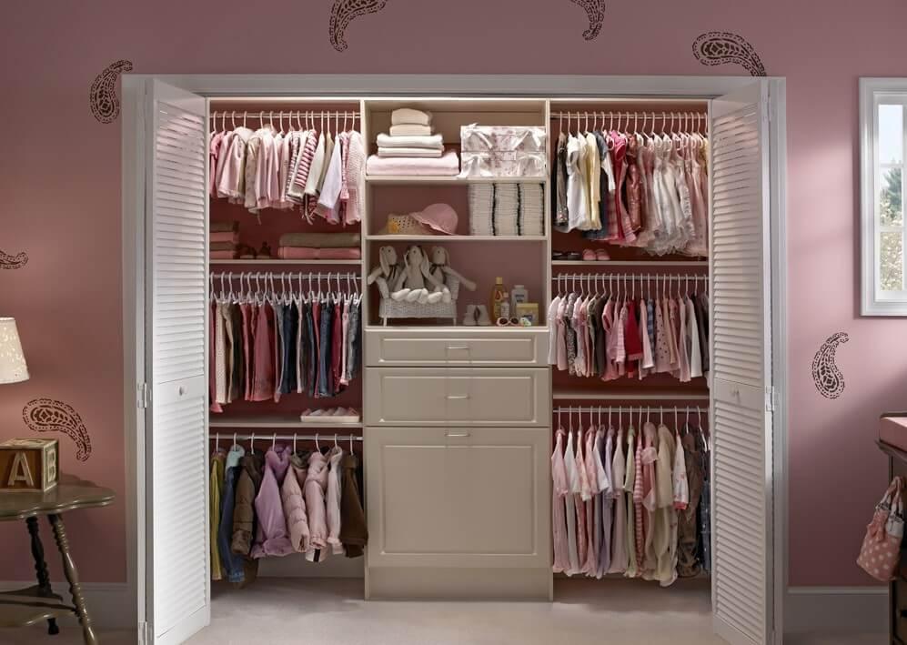 Фото встроенной гардеробной в детской со складными дверьми