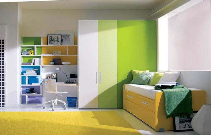 Шкаф для одежды с распашными дверцами в детской комнате