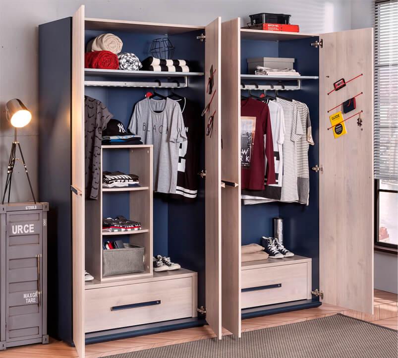 Распашные шкафы для одежды в комнате мальчика