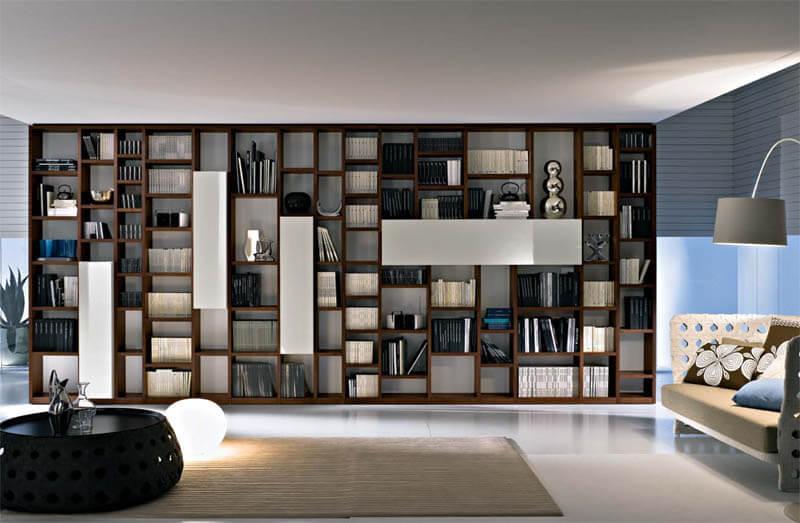 Книжный стеллаж в интерьере гостиной