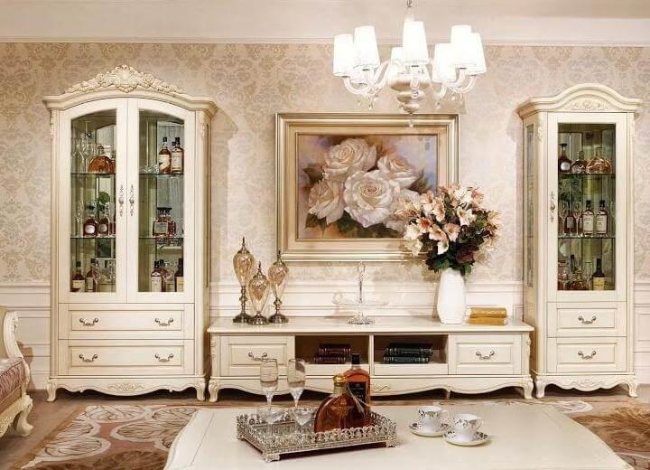 Сервант в интерьере гостиной в классическом стиле