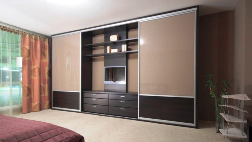 Встроенный шкаф в интерьере гостиной с нишей под телевизор