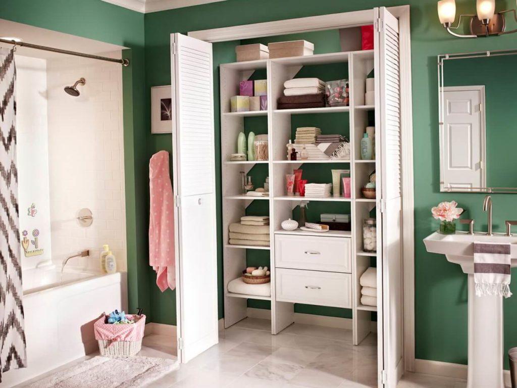 Шкаф в нише в ванной