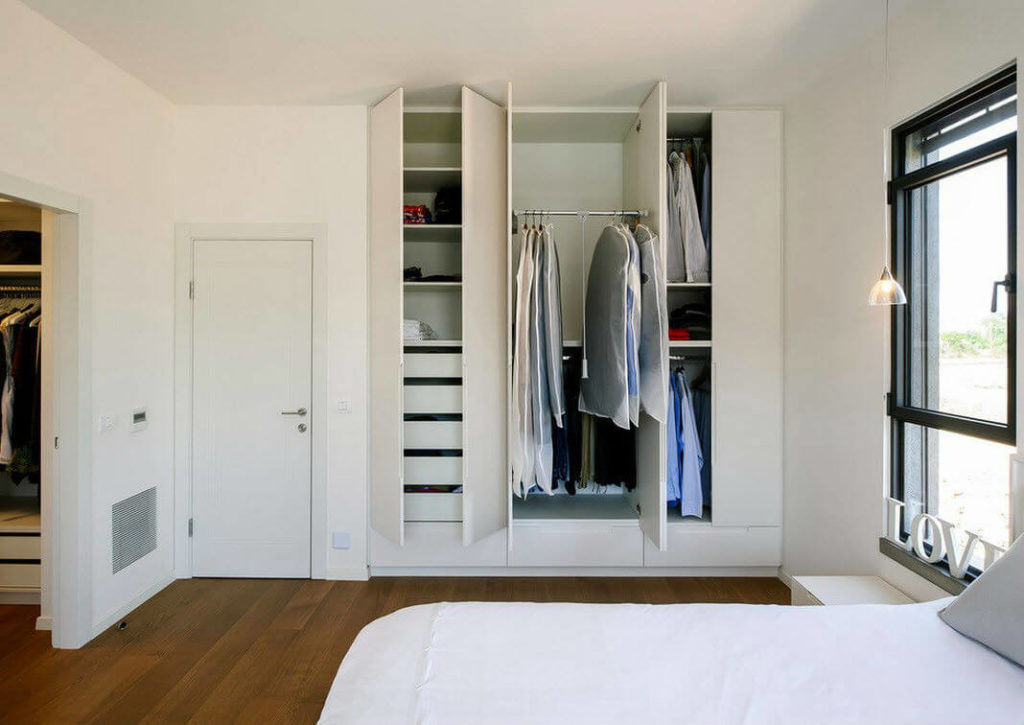 Распашной встроенный в нишу шкаф для одежды в спальне