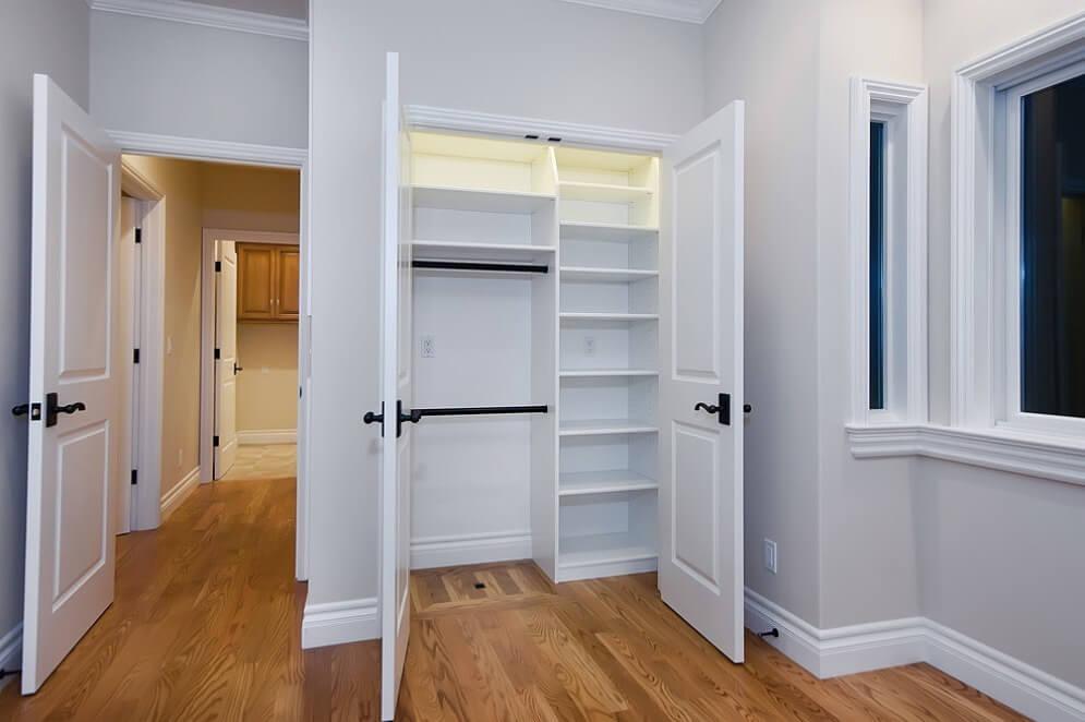 Фото встроенного шкафа в нишу с распашными дверцами