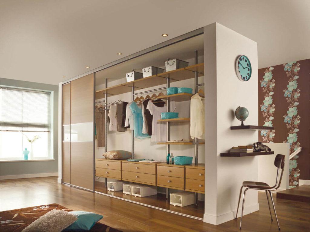 Большой шкаф для одежды встроенный в стену-перегородку