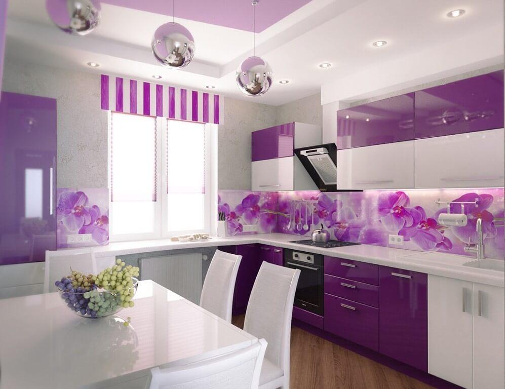Кухня со стеклянным фартуком с рисунком - цветы в сиреневом цвете