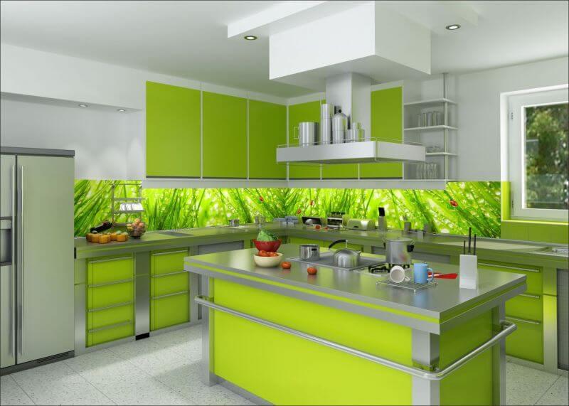 Угловая кухня с настенными панелями скинали с подсветкой