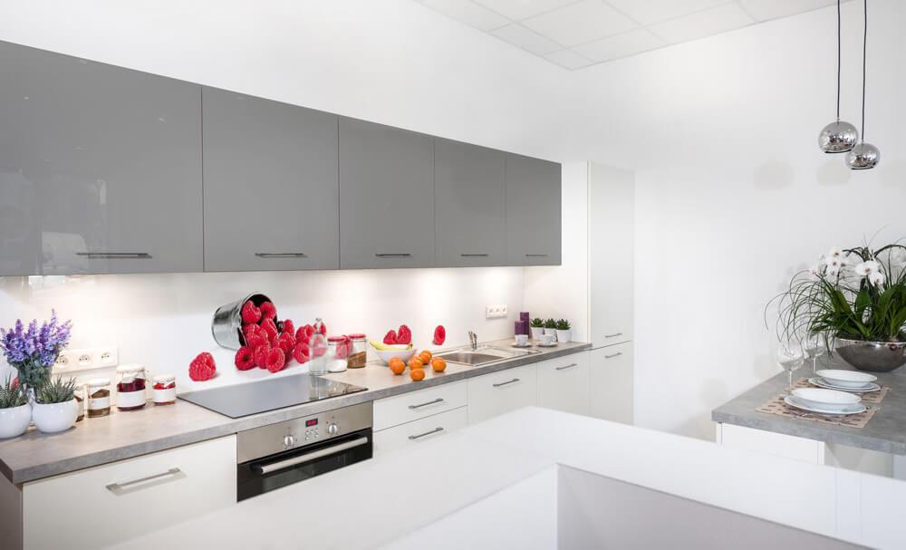Светлая кухня с настенными панелями скинали с изображением малины