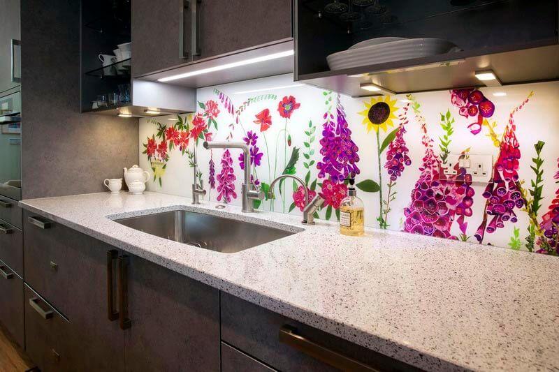Фото декоративных кухонных панелей скинали с подсветкой