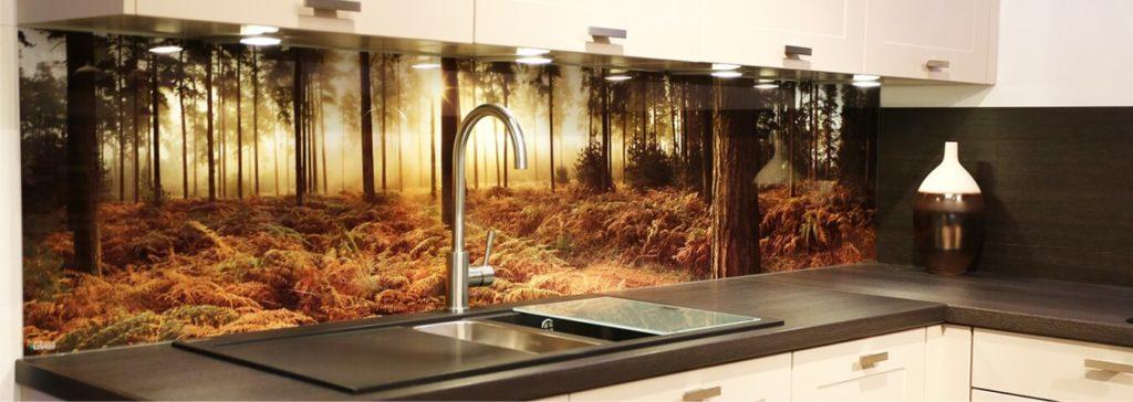 Стеклянные кухонные панели скинали в интерьере с изображением туманного осеннего леса