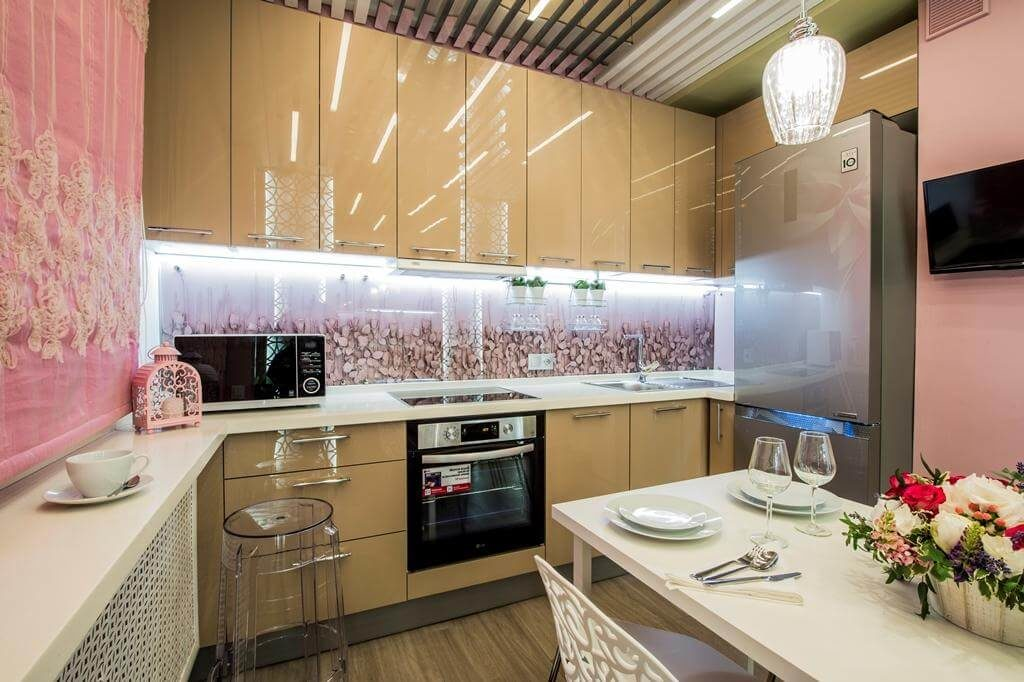 Рабочая стенка кухни декорированная скинали с подсветкой