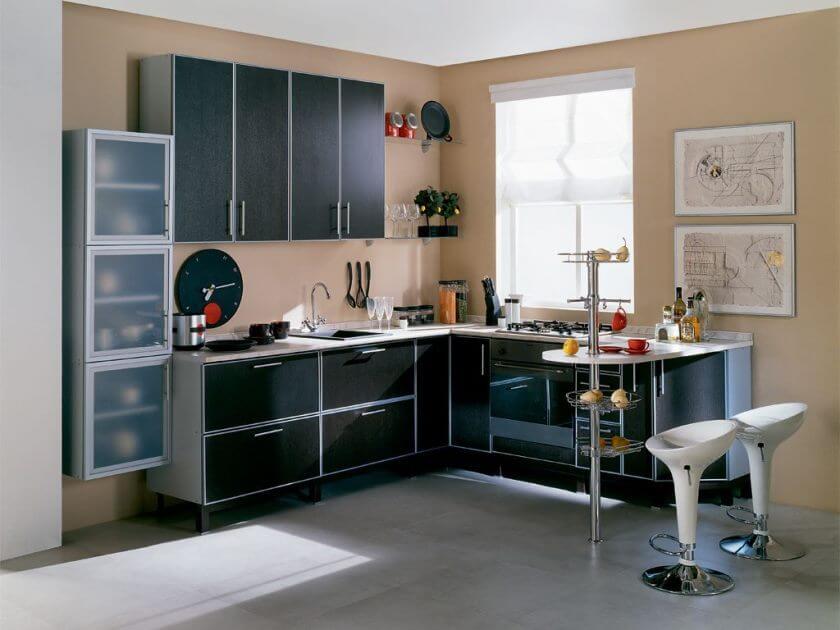 Интерьер угловой кухни с барной стойкой