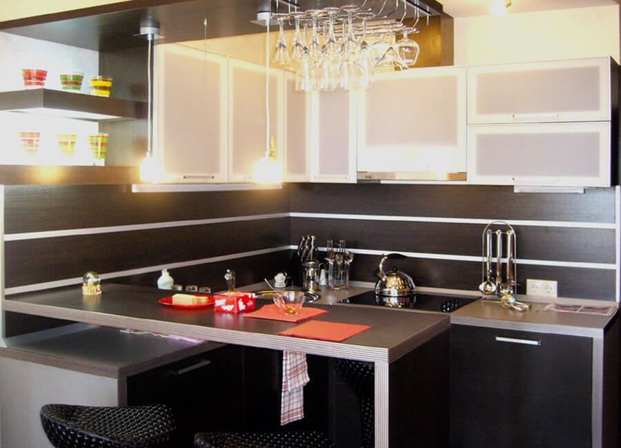 Интерьер кухни с угловой приставной барной стойкой