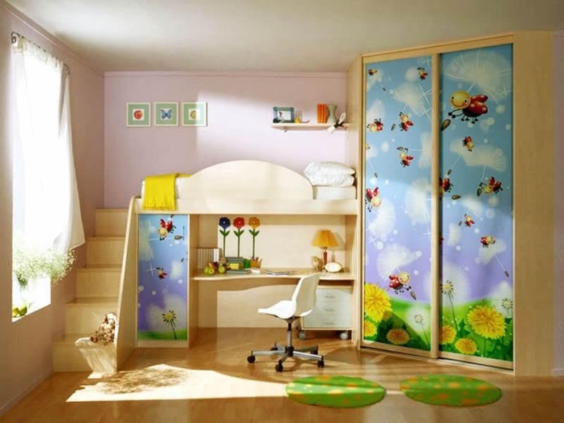 Интерьер детской с кроватью-чердаком со столом и угловым шкафом купе