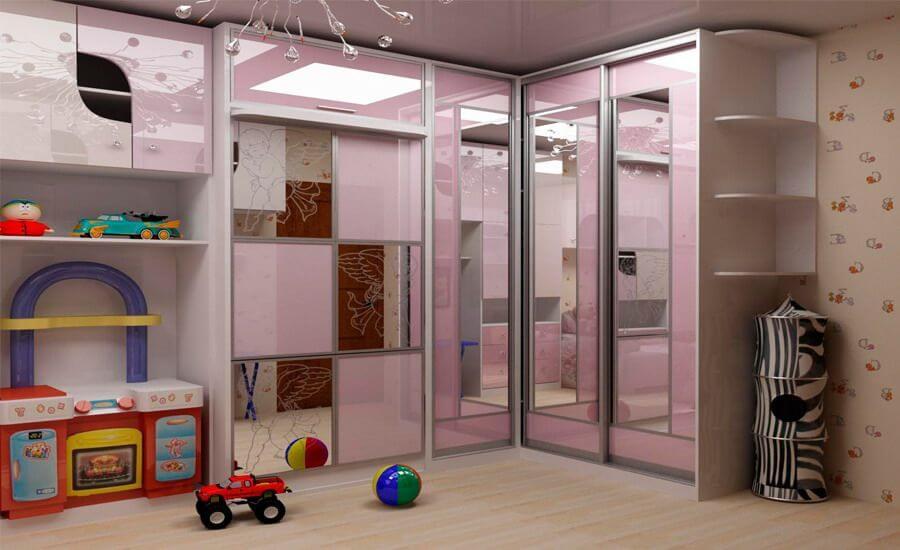 Стыковочный шкаф-купе с зеркальным фасадом в интерьере детской