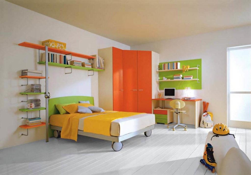 интерьер детской комнаты с угловым шкафом и кроватью на колесиках