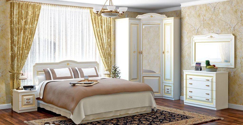 Угловой шкаф в классическом стиле в интерьере спальной комнаты