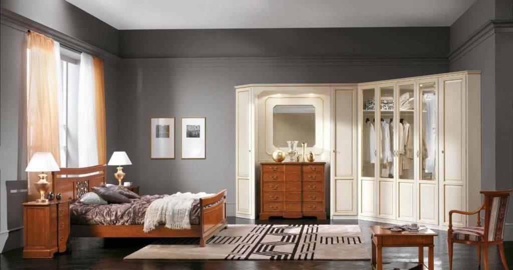 Угловой шкаф в спальню с прозрачными стеклянными фасадами
