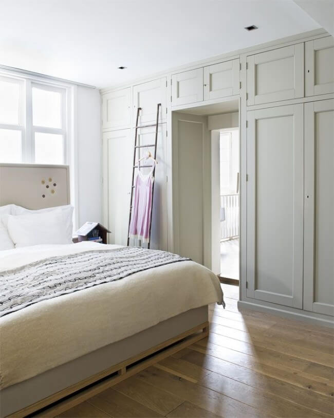 Встроенный шкаф во всю стену в спальне