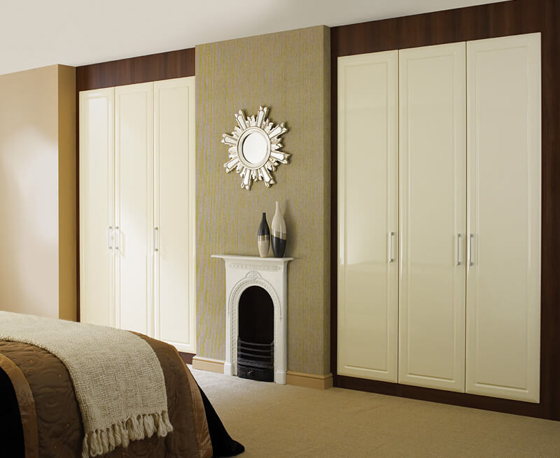 Встроенный шкафы с распашными дверьми в спальне