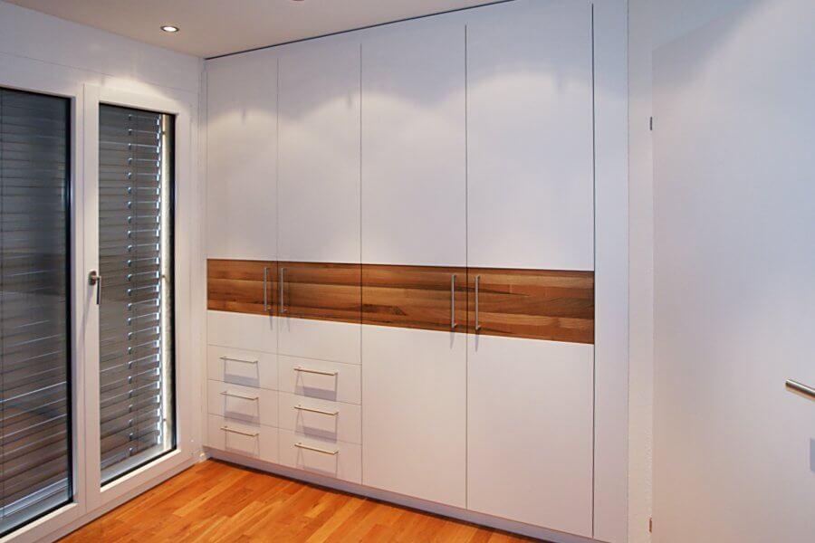 Встроенный шкаф для одежды с выдвижными ящиками и распашными фасадами