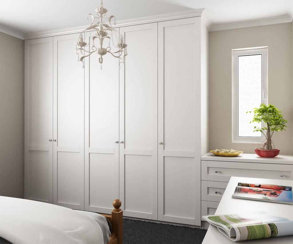 Встроенный шкаф с распашными рамочными фасадами