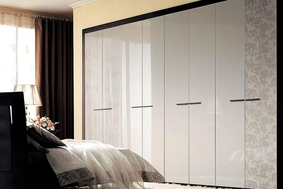 Распашной встроенный шкаф во всю стену