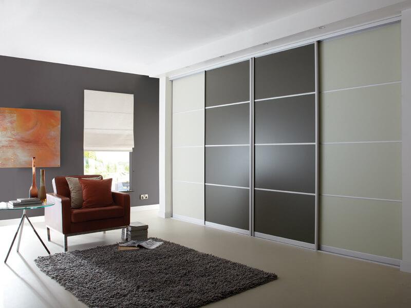 Встроенный шкаф во всю стену с раздвижными дверьми