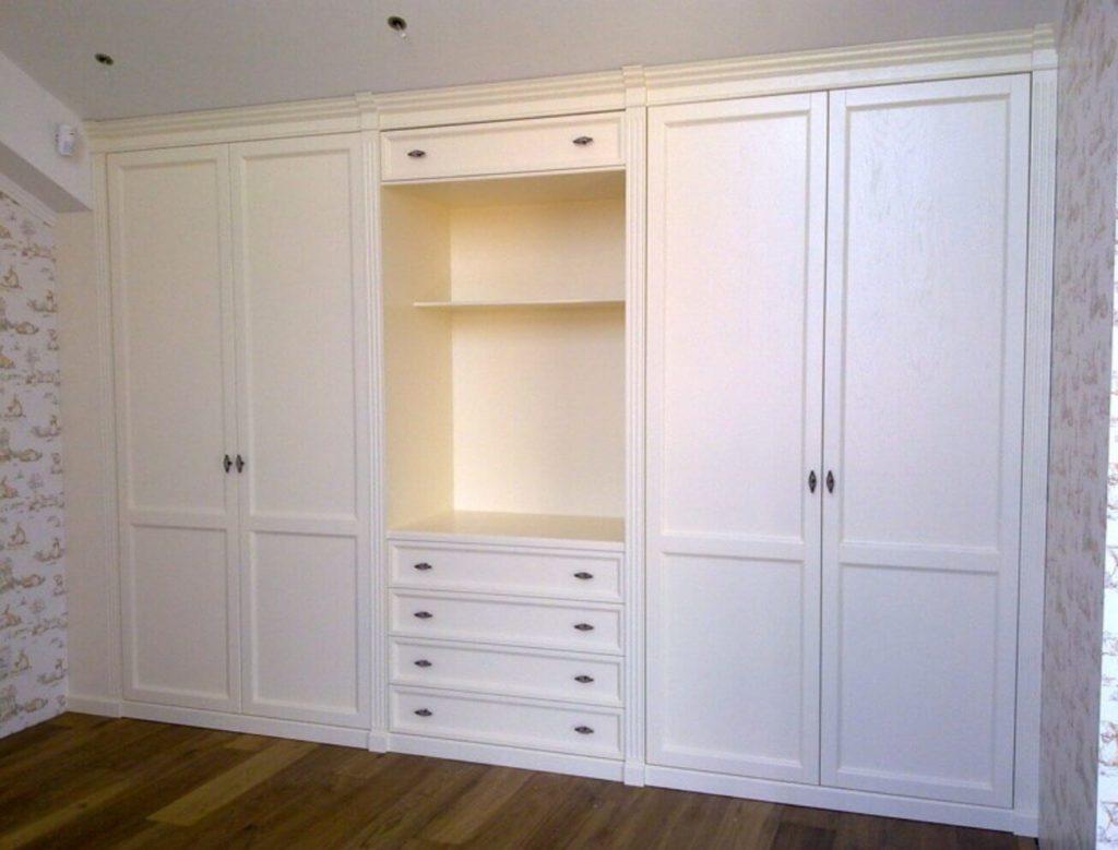 Распашной встроенный шкаф