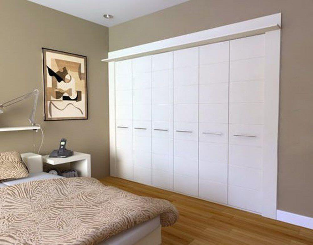 Встроенный распашной шкаф в спальной