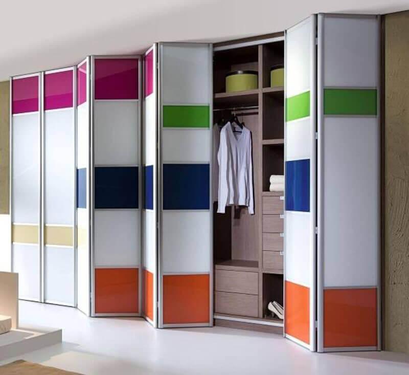 Встроенный шкаф со складной системой открытия дверок
