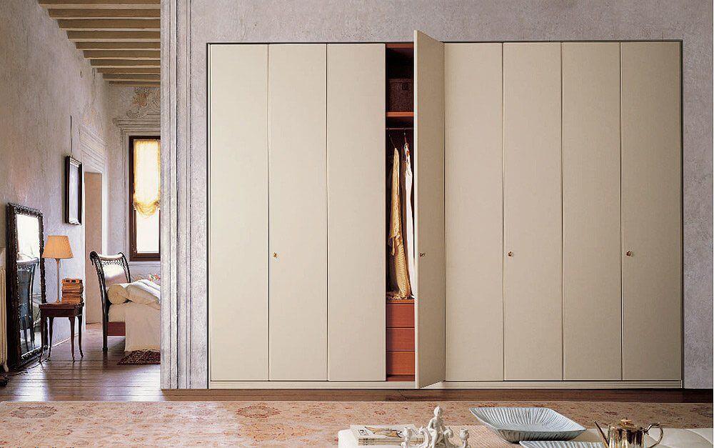 Встроенный шкаф в стене с распашными дверцами